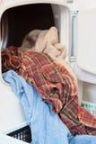Wäscherei, die aus eine Waschmaschine herauskommt Lizenzfreies Stockfoto