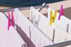 Wäscherei hängt am Trockner stockfoto