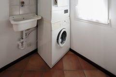 Wäscherei mit Waschmaschine und Trockner lizenzfreie stockfotos