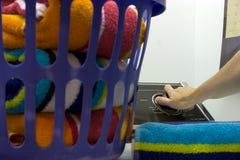 Wäscherei-Tag - Fokushand auf Vorwahlknopf Stockfoto