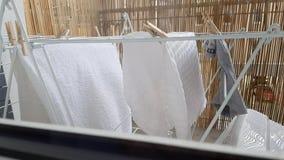 Wäscherei wird auf dem Balkon getrocknet stock video footage
