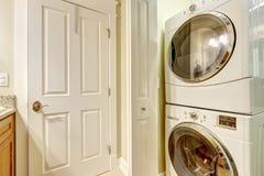 Wäschereigeräte im kleinen rooom Stockfotografie