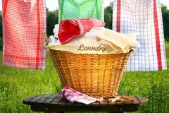 Wäschereikorb auf rustikaler Tabelle Stockbilder