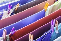 Wäschereitrockner auf Draht lizenzfreie stockbilder
