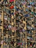 Wäschereitrockner an den Fenstern des chinesischen Wohngebäudes Lizenzfreies Stockfoto