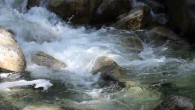 Wässern Sie über Felsen und Flusssteine von Shannon Falls in Verschieben-Film 1080p BC fließen Vancouvers Kanada stock video