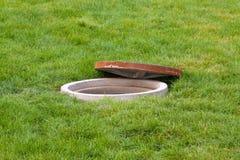Wässern Sie Überfahrten unter dem Rasen in einem Park Lizenzfreie Stockfotos