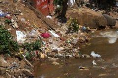 Wässern Sie Abfallverschmutzung mit Stoff und anderen sich hin- und herbewegenden Materialien, Tamil Nadu, Indien Stockfoto
