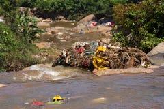 Wässern Sie Abfallverschmutzung mit Stoff und anderen sich hin- und herbewegenden Materialien, Tamil Nadu, Indien Lizenzfreies Stockfoto