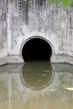 Wässern Sie Abfluss, lassen Sie Fluss in den Kanal ab Lizenzfreie Stockfotos