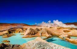 Wässern Sie bassain durch Geysir Sol de Manana im Altiplano von Bolivien stockfotografie