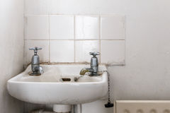 Wässern Sie Becken mit unterschiedlichen Hähnen des heißen und kalten Wassers, wie in Bri verwendet Lizenzfreie Stockfotografie