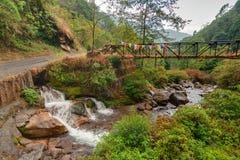 Wässern Sie das Durchfließen von Felsen, Kukhola-Fälle, Sikkim Lizenzfreies Stockbild