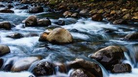 Wässern Sie das Fließen Stockfoto