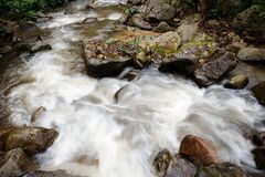Wässern Sie das Fließen in den Wald an Dorf Bann Mae Mae Lizenzfreie Stockfotografie