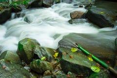 Wässern Sie das Fließen in den Wald an Dorf Bann Mae Mae Lizenzfreies Stockfoto