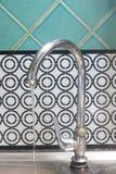 Wässern Sie das Fließen vom Hahn zum Waschbecken Lizenzfreie Stockfotos