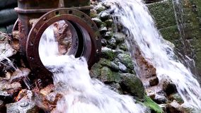 Wässern Sie das Fließen von einem Abflussgraben in einen Bach stock video