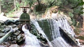 Wässern Sie das Fließen von einem Abflussgraben in einen Bach stock video footage