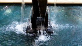 Wässern Sie das Gießen unten aus Brunnen in Becken stock video