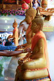 Wässern Sie das Gießen zu Buddha-Statue in der Songkran-Festivaltradition Thailand Lizenzfreie Stockbilder