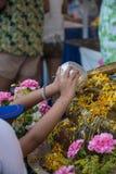 Wässern Sie das Gießen zu Buddha-Statue in Songkran-Festival, Thailand Lizenzfreies Stockfoto