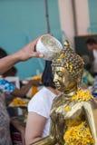 Wässern Sie das Gießen zu Buddha-Statue in Songkran-Festival, Thailand Stockfotografie