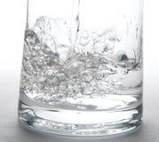 Wässern Sie das Spritzen in ein Glas Lizenzfreies Stockbild