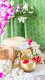 Wässern Sie in der Schüssel, die mit Parfüm und Blumen gemischt wird Stockfoto