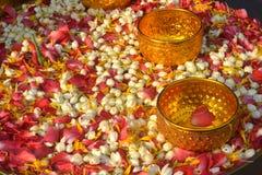 Wässern Sie in der Schüssel, die mit Parfüm und Blumen gemischt wird lizenzfreie stockfotografie