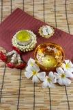 Wässern Sie in der Schüssel, die mit Parfüm und klaren Blumen gemischt wird Lizenzfreie Stockbilder