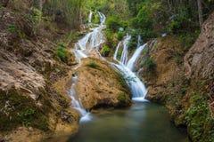Wässern Sie die Jahreszeit des Falles im Frühjahr, die im tiefen Regenwalddschungel gelegen ist Stockbild