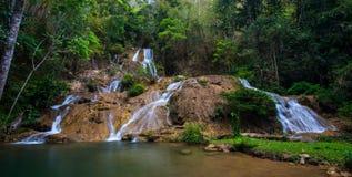 Wässern Sie die Jahreszeit des Falles im Frühjahr, die im tiefen Regenwalddschungel gelegen ist Lizenzfreie Stockbilder