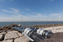 Wässern Sie die Kabel, die an das Windturbines im IJsselmeer angeschlossen werden lizenzfreies stockbild