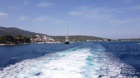Wässern Sie die Spur, die von den Fährenmaschinen gebildet wird, die Insel verlassen