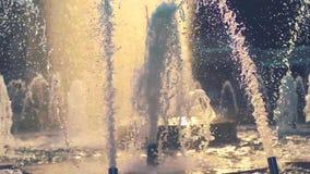 Wässern Sie die Tropfen, die auf Wasseroberfläche der Zeitlupe spritzen Schließen Sie oben vom Wasser-Brunnen stock video