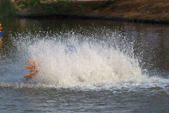 wässern Sie die Turbine, die im Teich arbeitet und lassen Sie Wasserspritzen herein O addieren Stockbild