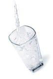 Wässern Sie gegossen werden in ein Glas Lizenzfreies Stockfoto