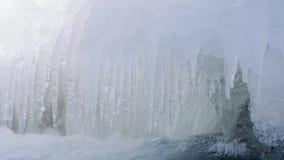 Wässern Sie im Fluss und in den Eiszapfen an -35C stock video