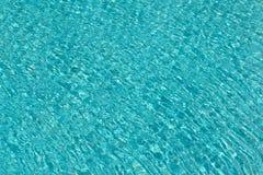 Wässern Sie Kräuselungen auf blauem mit Ziegeln gedecktem Swimmingpoolhintergrund Beschneidungspfad eingeschlossen Lizenzfreie Stockfotos