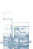Wässern Sie mit Eiswürfeln Lizenzfreie Stockfotos