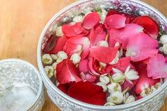 Wässern Sie mit Jasmin und Rosenkorolla in der Schüssel Stockfotos