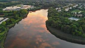 Wässern Sie Oberfläche im Fluss während des drastischen Sonnenuntergangs des Sonnenuntergangs und des multi farbigen Himmels stock video footage