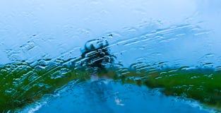 Wässern Sie Regen auf dem Spiegel des Autos Lizenzfreie Stockfotografie