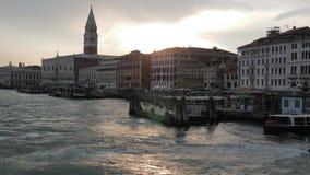 Wässern Sie Reise, Motorbootsegel zum Pier der alten Stadt bei Sonnenuntergang stock video footage