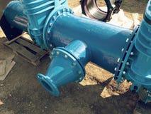 Wässern Sie Rohrleitung mit neuen Schiebern und Reduzierungsmitglied Lizenzfreie Stockfotos