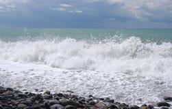 Wässern Sie Schaumgummi und große Wellen der Brandung auf einem Meer stockfotografie