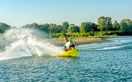 Wässern Sie Spaß und das Kiteboarding auf Ada Bojana, Montenegro Stockfoto