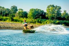 Wässern Sie Spaß und das Kiteboarding auf Ada Bojana, Montenegro, mit einem Hund Stockbilder