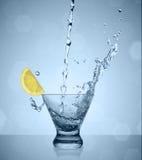 Wässern Sie Spritzen in Glas Lizenzfreie Stockfotos